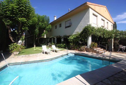 Ref. 96 San Juan de Alicante. Chalet con dos viviendas independientes. Parcela de 1.800 m2. Parking. Piscina. Jardín.