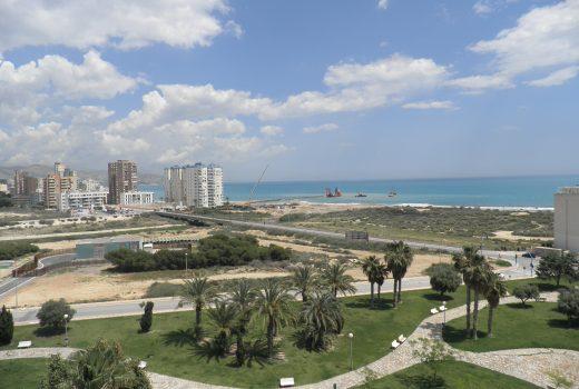 Ref. 20002 2ª línea playa Muchavista. Piso 3 dormitorios. Urbanización. Alquiler anual.