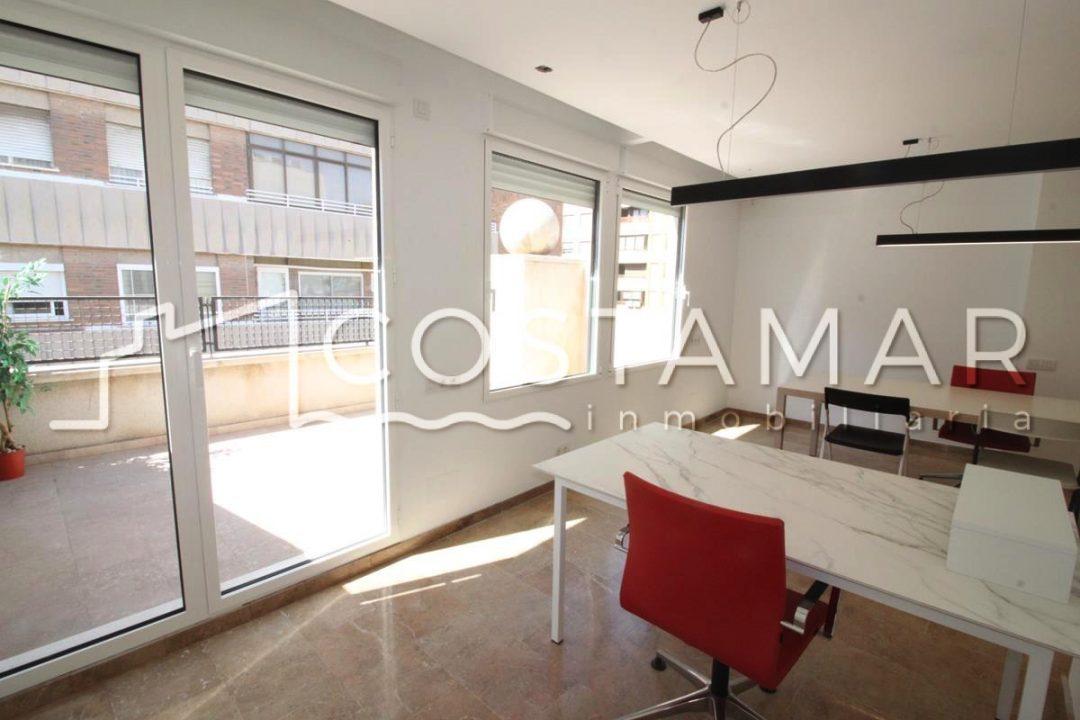 Ref. 20077 Alicante centro. Ático-oficina. Terraza 15 m2. Todo reformado.