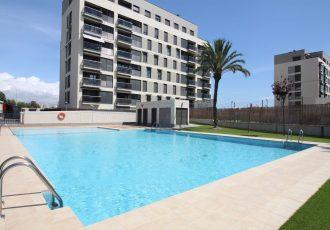 Ref. 20043 El Campello, a 200 metros de Playa Muchavista. Alquiler anual. Vivenda dos dormitorios. Garaje. Trastero. Urbanización.
