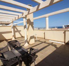 Ref. 20026 El Campello, a 300 metros del paseo marítimo. Ático de dos dormitorios. Garaje y trastero. Alquiler anual.